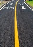 Asfaltowa rowerowa droga z żółtą linią Fotografia Stock