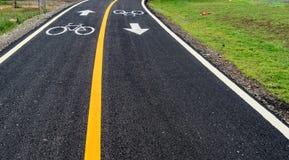 Asfaltowa rowerowa droga z żółtą linią Fotografia Royalty Free