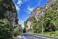 Asfaltowa skalista drogowa faleza halny Krabi, Tajlandia Zdjęcia Royalty Free