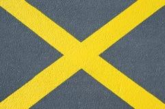 Asfaltowa tekstura z koloru żółtego krzyżem Zdjęcia Stock