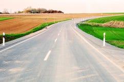 Asfaltowa ulica na wsi na słonecznym dniu Obraz Royalty Free