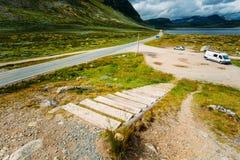 Asfaltowa wiejska droga w górach w Norwegia Fotografia Stock