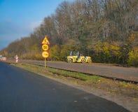 Asfaltowego brukarza maszynowy drogowy odnowienie przy wsi drogą fotografia royalty free