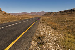 Asfaltowej drogi bieg Przez Suchego zima krajobrazu w Południowym Afric Zdjęcie Royalty Free