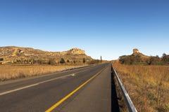 Asfaltowej drogi bieg Przez Suchego zima krajobrazu w Południowym Afric Zdjęcia Royalty Free