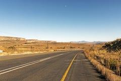 Asfaltowej drogi bieg Przez Suchego zima krajobrazu w Południowym Afric Zdjęcia Stock