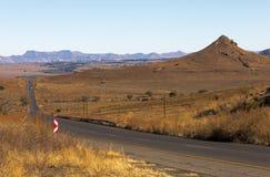 Asfaltowej drogi bieg Przez Suchego zima krajobrazu w Południowym Afric Fotografia Stock