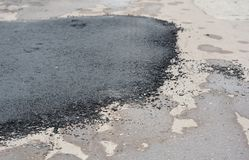 Asfaltowej drogi naprawa Remontowy bruk i kłaść nową asfaltową łatanie metodę obrazy royalty free
