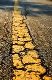 Asfaltowej drogi tekstura z żółtym lampasem Obrazy Stock