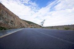 asfaltowy błękit chmurnieje gór drogi niebo Zdjęcie Royalty Free