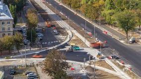 Asfaltowy brukarz, rolownik i ciężarówka na drogowym remontowym miejscu podczas asfaltować timelapse, Budowy drogi wyposażenie zbiory wideo