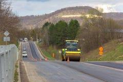 Asfaltowy compactor rolownik stacza się nowego asfalt na autostradzie w wiosce fotografia royalty free