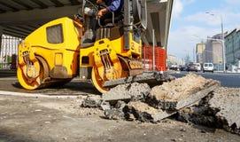 Asfaltowy compactor w mieście Drogowy rolownik pracuje przy budowy drogi miejscem zdjęcie royalty free