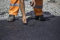 Asfaltowy pracownika łatanie rękami zdjęcie royalty free