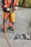 Asfaltowy wyburzać, pracownik i jackhammer, obraz stock
