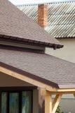 Asfaltsinglar eller bitumentegelplattor på den utomhus- terrassen och taket royaltyfri foto