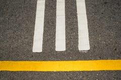 Asfaltväg, gul linje på vägen Arkivfoton