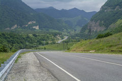 Asfaltväg i de Kaukasus bergen, Ryssland Royaltyfria Foton