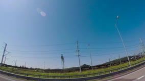 Asfaltväg i den soliga dagen för sommar plats Sikt från bilen på vägen på en solig dag stock video