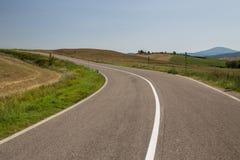 Asfaltväg i Tuscany Italien Fotografering för Bildbyråer