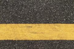 Asfaltväg med den gula linjen Royaltyfri Foto