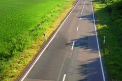 Asfaltväg med en markering Royaltyfri Bild