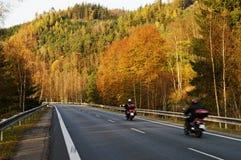Asfaltväg med motorcyklar för en ritt i höstlandskapet Royaltyfri Bild
