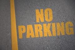 Asfaltväg med text ingen parkering nära gul linje Fotografering för Bildbyråer