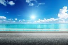 Asfaltväg och hav Arkivbild
