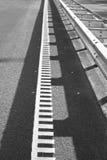 Asfaltväg och vit linje markeringar royaltyfri bild