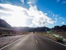 Asfaltvägen leder till destinationen Arkivfoto
