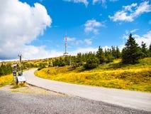 Asfaltvägen som leder till TVsändaren, och utkik står högt på toppmötet av det Praded berget, Hruby Jesenik, Tjeckien Arkivbild
