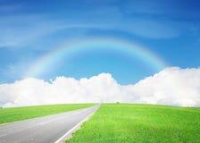Asfaltweg door het groene gebied en hemel met wolken en rai Royalty-vrije Stock Foto's