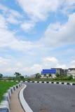 Asfaltweg en wolken op blauwe hemel in de zomerdag Stock Afbeeldingen