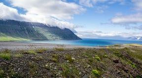 Asfaltweg in IJsland, Europa tijdens de zomerdag Royalty-vrije Stock Afbeelding