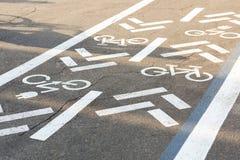 Asfaltweg met fiets en elektrische vervoersteeg Cyclus en emissieloos voertuigen wit teken op vloer Recreatiegebied voor g royalty-vrije stock fotografie