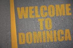asfaltweg met tekstonthaal aan dominica dichtbij gele lijn royalty-vrije illustratie