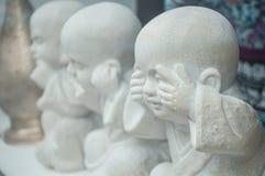 Asfull staty tre av uttrycksfulla munkar arkivbilder