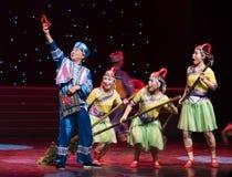 Asga un rojo sobre-ella danza popular aduana-china de la nacionalidad Imagen de archivo libre de regalías