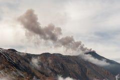 Ash utsläpp från den sydostliga krater på vulkan Etna Royaltyfria Foton