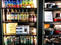 ASHDOD, ISRAEL 4 DE MAYO DE 2018: Diversas bebidas se colocan en el estante de la tienda en Ashdod, Israel Fotografía de archivo