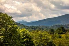 Ashe okręgu administracyjnego góry Pólnocna Karolina Widzieć Od Błękitnej grani zdjęcie stock