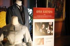 ASHEVILLE NORTH CAROLINA - MARS 4, 2017: Utställning för dräkt för Biltmore ` som s planläggs för drama: Mode från klassikerna Arkivfoton