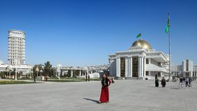 Ashgabad,土库曼斯坦- 2014年10月, 10 :灰中心广场  库存照片