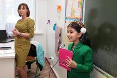 Ashgabad,土库曼斯坦- 2014年11月4日 告诉的女小学生le 库存图片