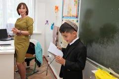 Ashgabad,土库曼斯坦- 2014年11月4日 告诉的男小学生les 免版税库存照片