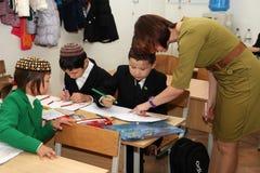 Ashgabad,土库曼斯坦- 2014年11月4日 小组学生机智 免版税库存照片