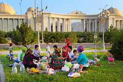 Ashgabad, Turkmenistán - 1 de agosto de 2014 Comida campestre grande feliz de la familia Fotografía de archivo
