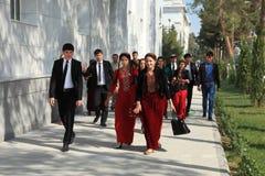 Ashgabad, Turkmenistán - 10 de octubre de 2014 Grupo de estudiantes adentro Imagenes de archivo