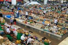 Ashgabad, Turkmenistán - 10 de octubre de 2014 Mercado de los granjeros Foto de archivo libre de regalías